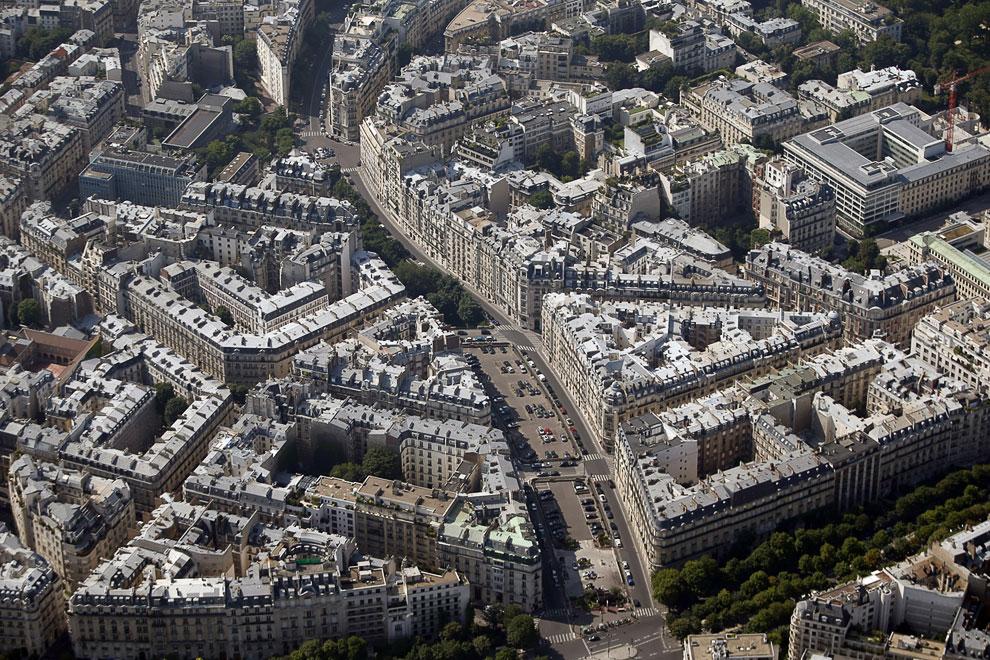 Крыши жилых зданий в Париже