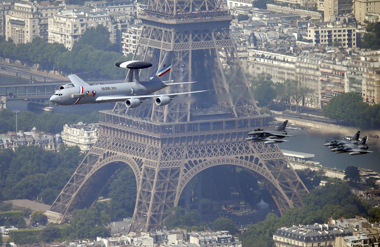 На фоне Эйфелевой башни система Airborne Warning and Control (AWAKS) и звено истребителей Дассо «Рафаль» и Мираж