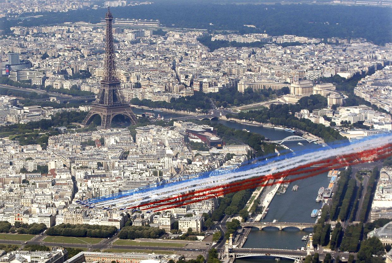 В небе над Парижем знаменитая пилотажная группа Patrouille de France