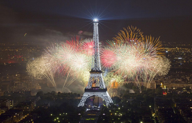 Эйфелева башня и фейерверки в честь Дня взятия Бастилии
