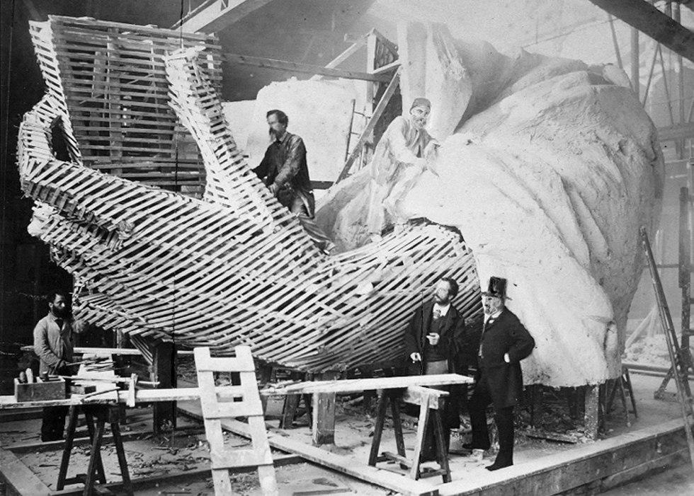 Создать статую было поручено французскому скульптору Фредерику Огюсту Бартольди