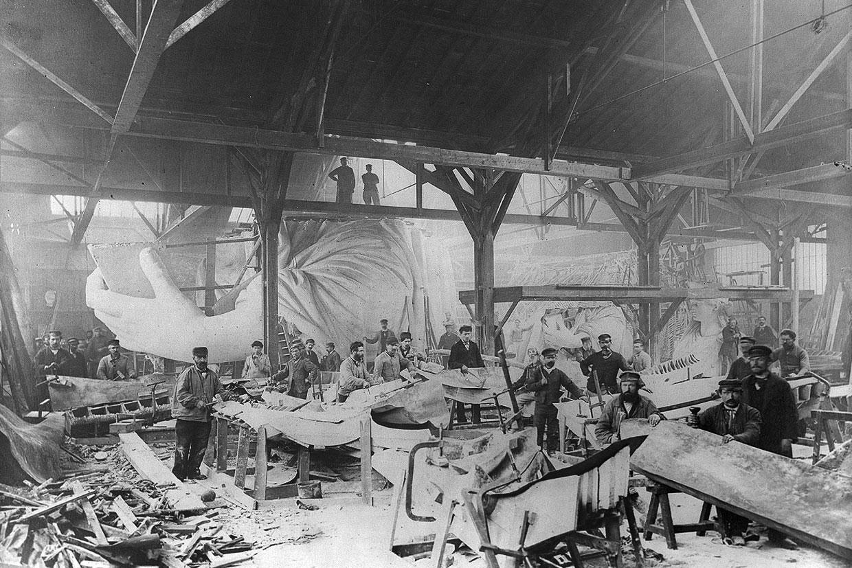 Рабочие создают Статую в парижской мастерской