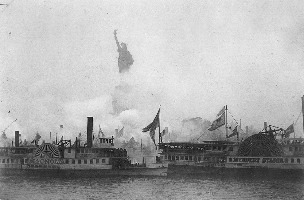 Торжественное открытие статуи Свободы, на котором выступил президент США Гровер Кливленд, состоялось 28 октября 1886 года в присутствии тысяч зрителей