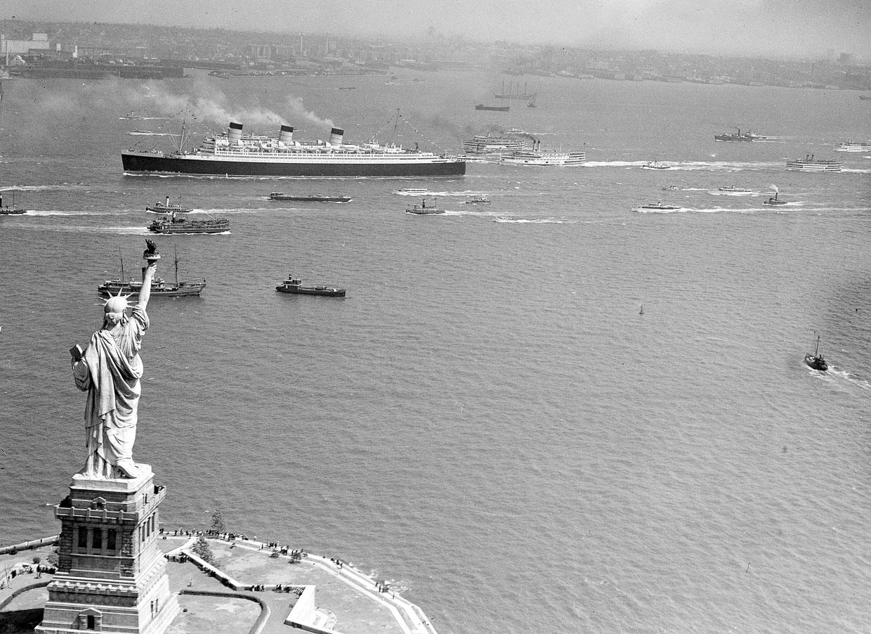 Океанский лайнер Queen Mary и Статуя Свободы
