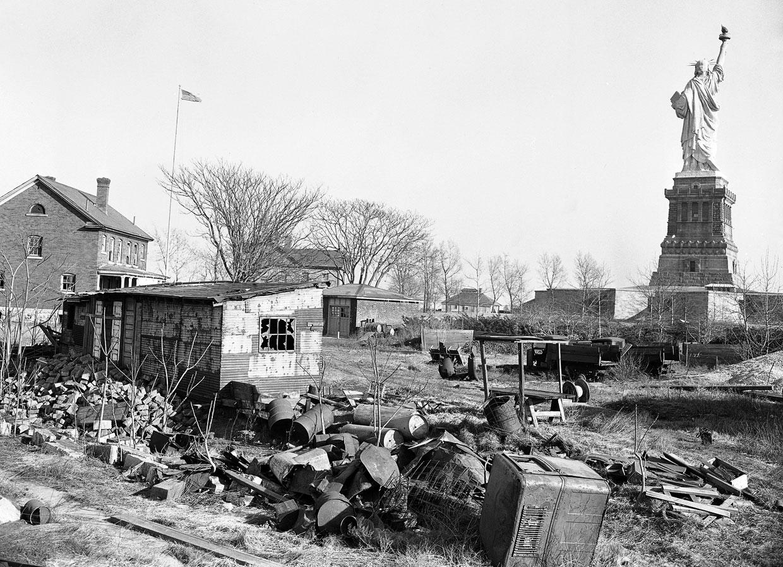 Остров Бедлоу, где установили Статую Свободы, представлял собой район трущоб