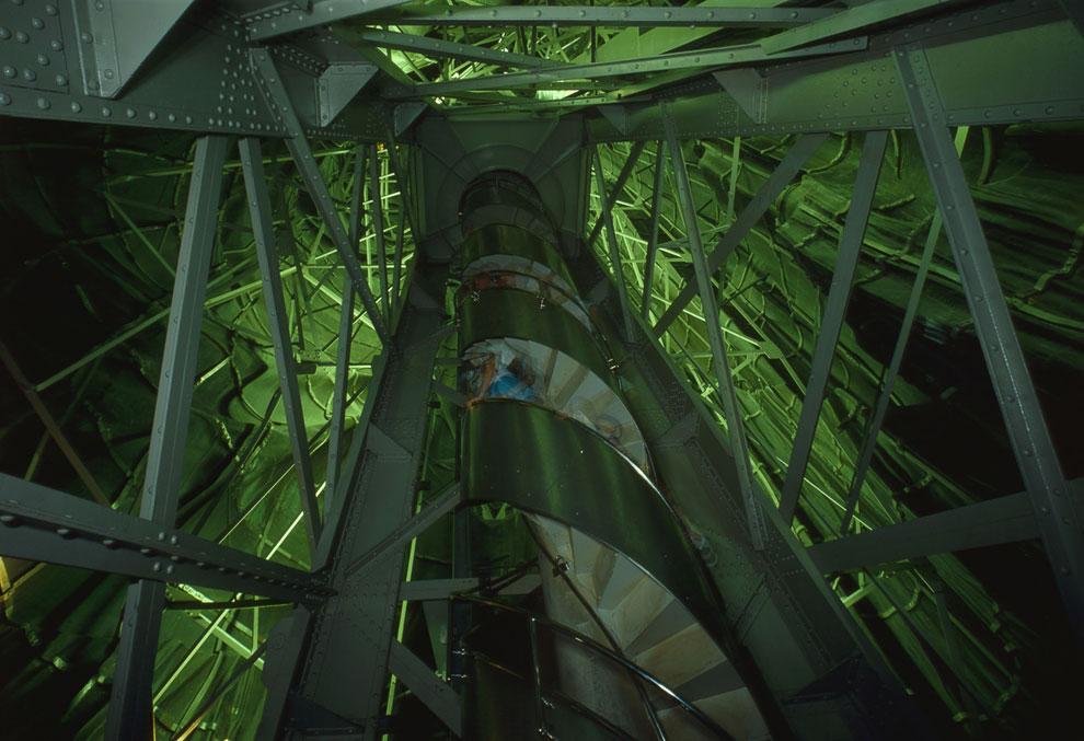 Металлический каркас и винтовая лестница внутри Статуи