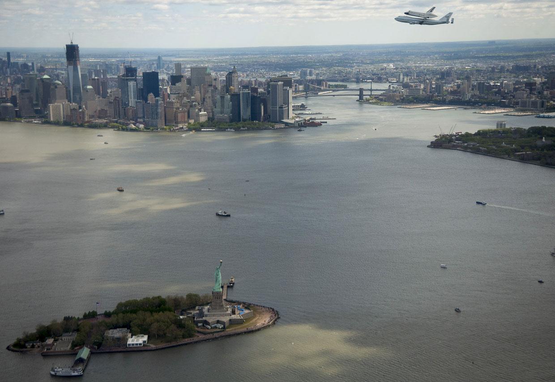 Статуя Свободы и шаттл «Дискавери», летящий «на спине» у могучего специально оборудованного авиалайнера «Боинг-747»