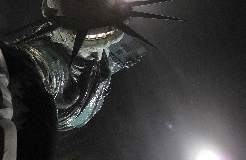 Статуя Свободы во время сильного шторма