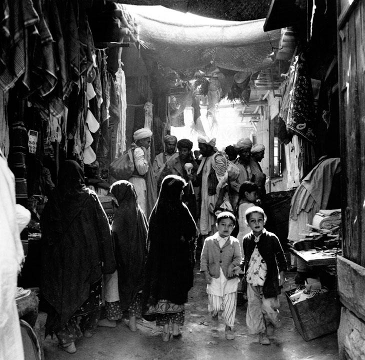 Мальчики, мужчины, женщины, некоторые босиком. На рынке в Кабуле, Афганистан