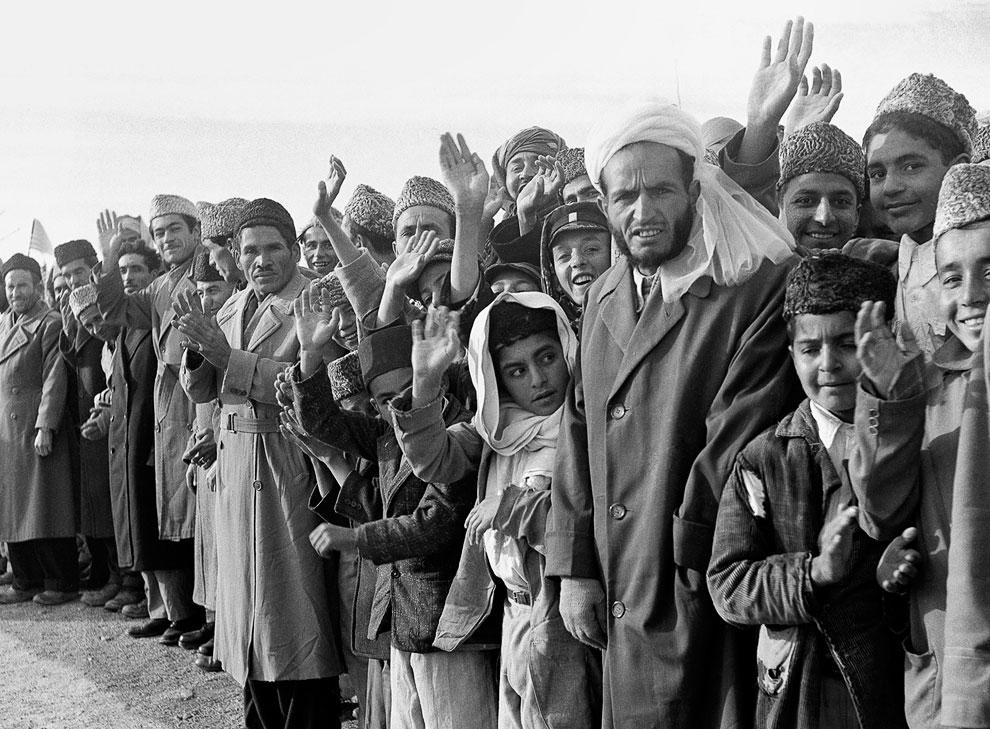 Афганцы стоят вдоль маршрута движения колонны американского президента Эйзенхауэра