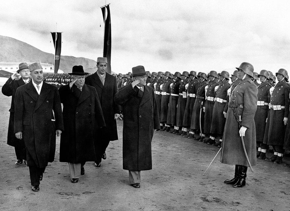 Советский лидер Никита Хрущев (в черной шляпе) прибыл в Кабул