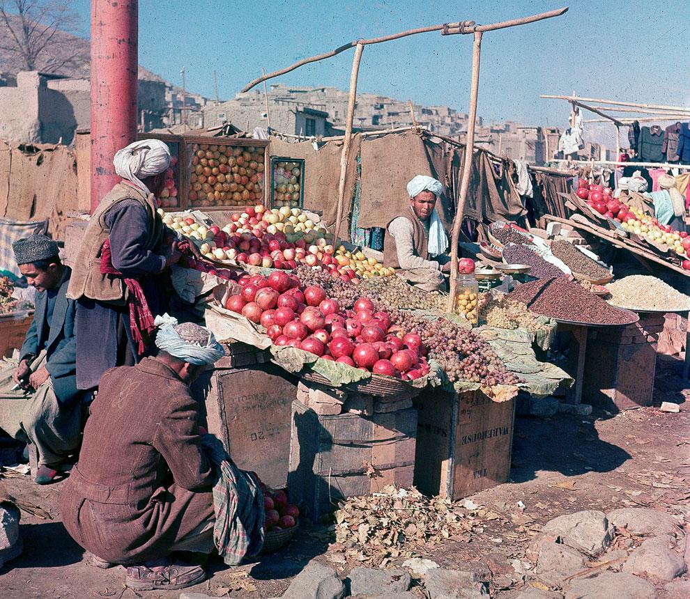 Продавцы фруктов и орехов на рынке в Кабуле