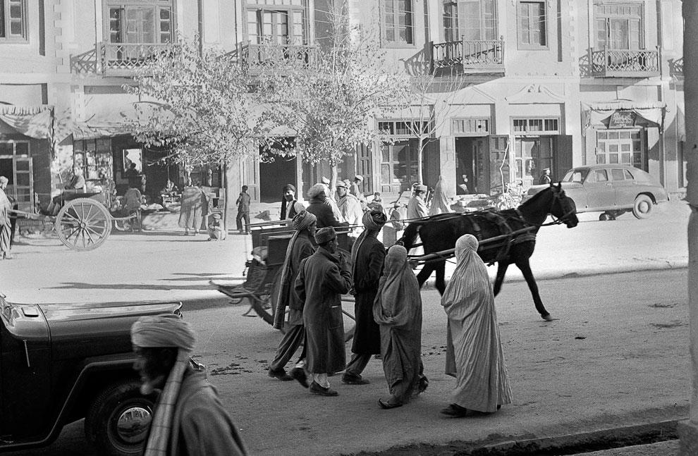 Видны женщины в традиционной парандже и персидских тапочках