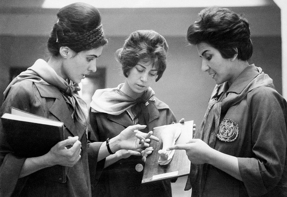 Студентки факультета медицины в Кабуле с преподавателем (справа)