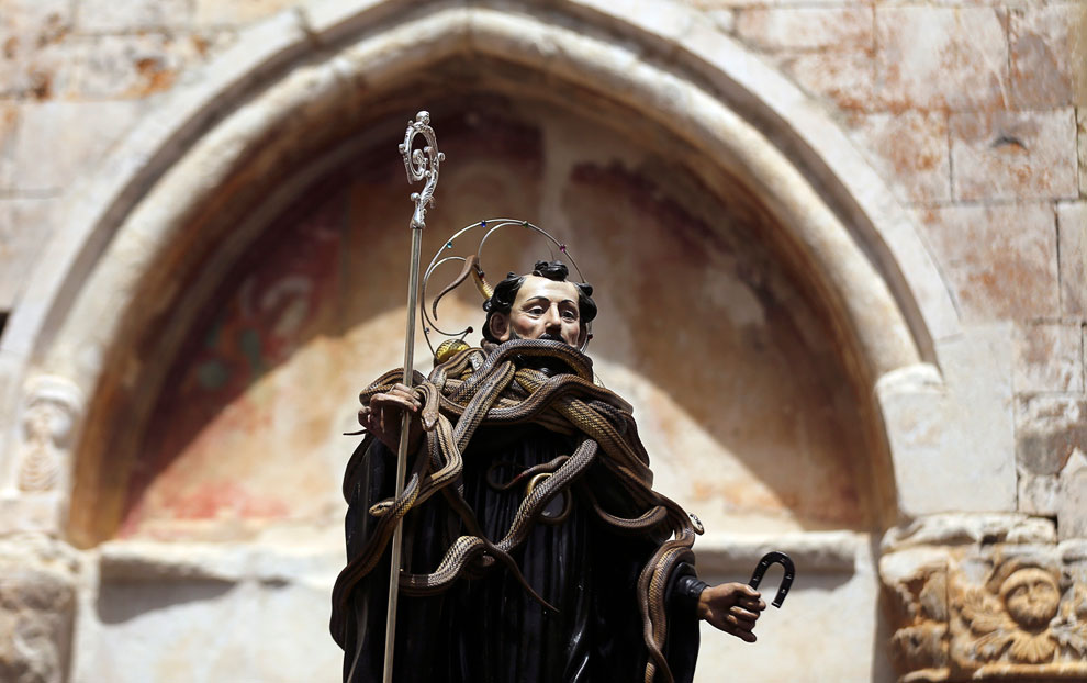 Святой Доменико считается покровителем для людей, которые были укушены змеями, и каждый год на статую помещают кучу шипящих пресмыкающихся