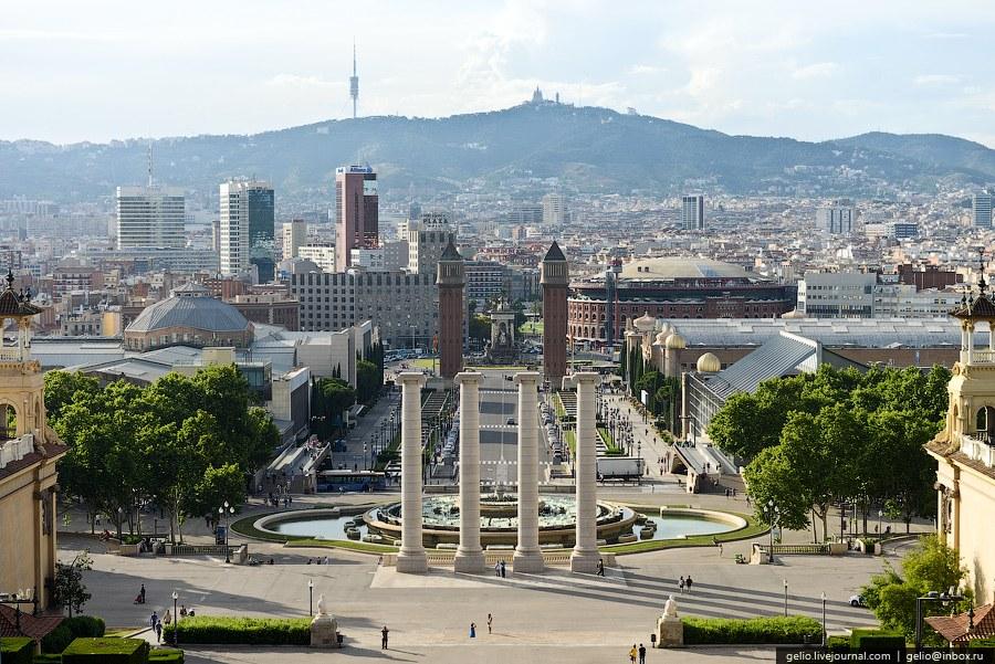 Улица Avinguda de la Reina Maria Cristina, которая упирается в площадь Испании