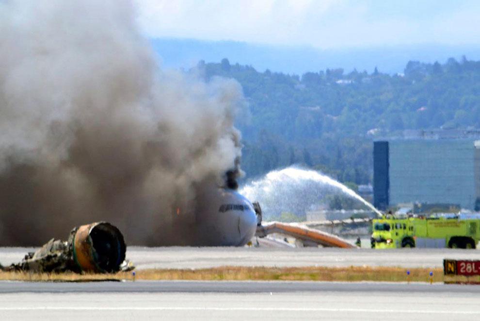 Горящий лайнер Боинг-777 и его запчасти, Сан-Франциско