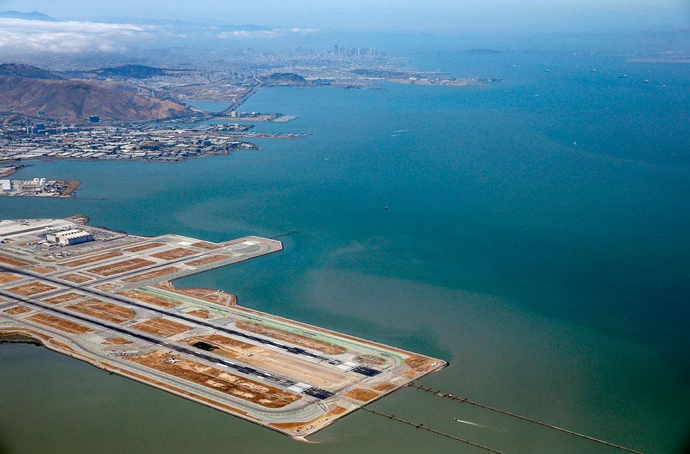 Взлетно-посадочные полосы в аэропорту Сан-Франциско, 6 июля 2013. Снизу слева виден разбившийся самолет