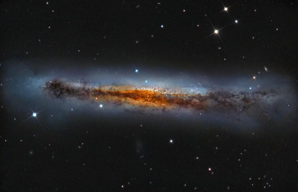 Вид сбоку на спиральную галактику NGC 3628