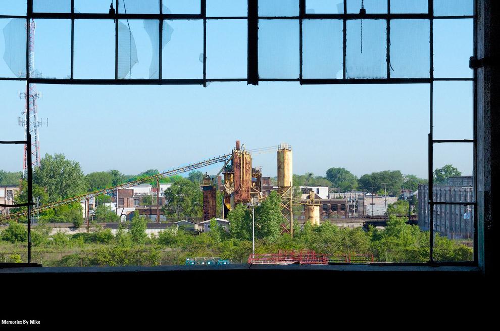 Вид из заброшенного завода в Детройте