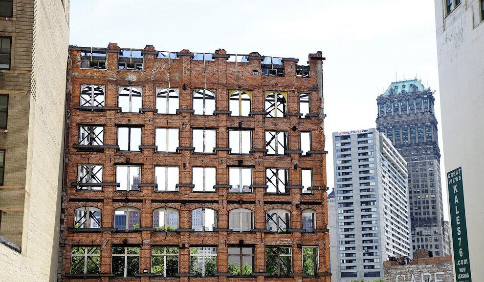 Стена заброшенного здания, остальная часть обрушилась. Детройт, штат Мичиган
