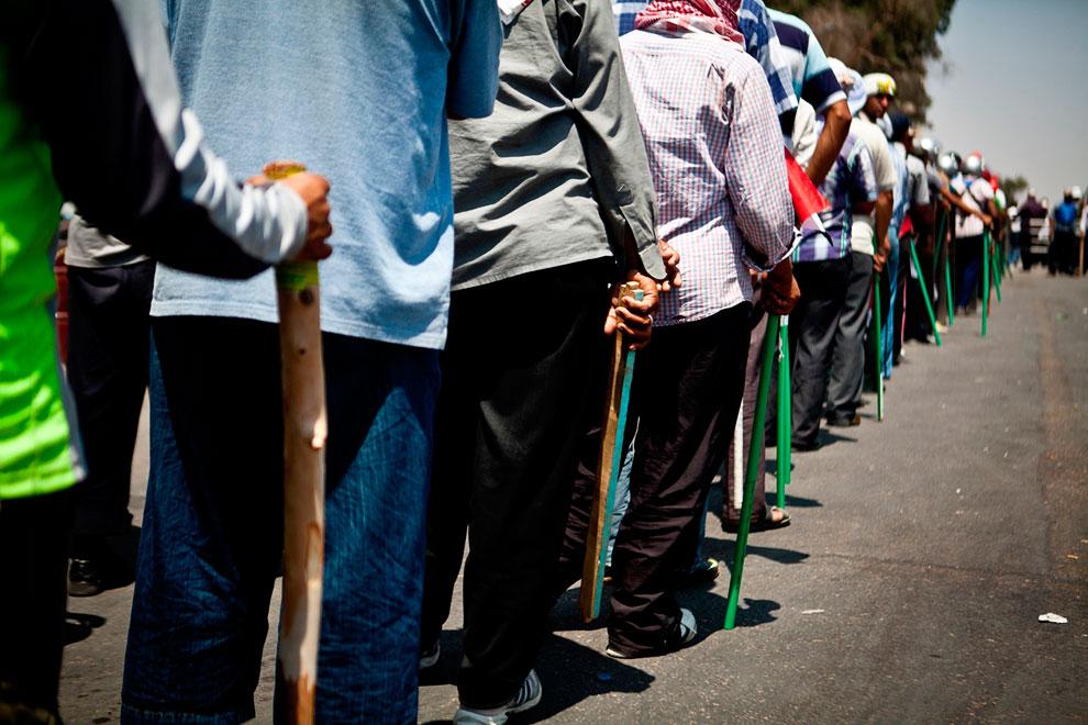 Сторонники президента Мохаммеда Мурси с палками готовятся к защите президентского дворца в Насер-Сити, Каир