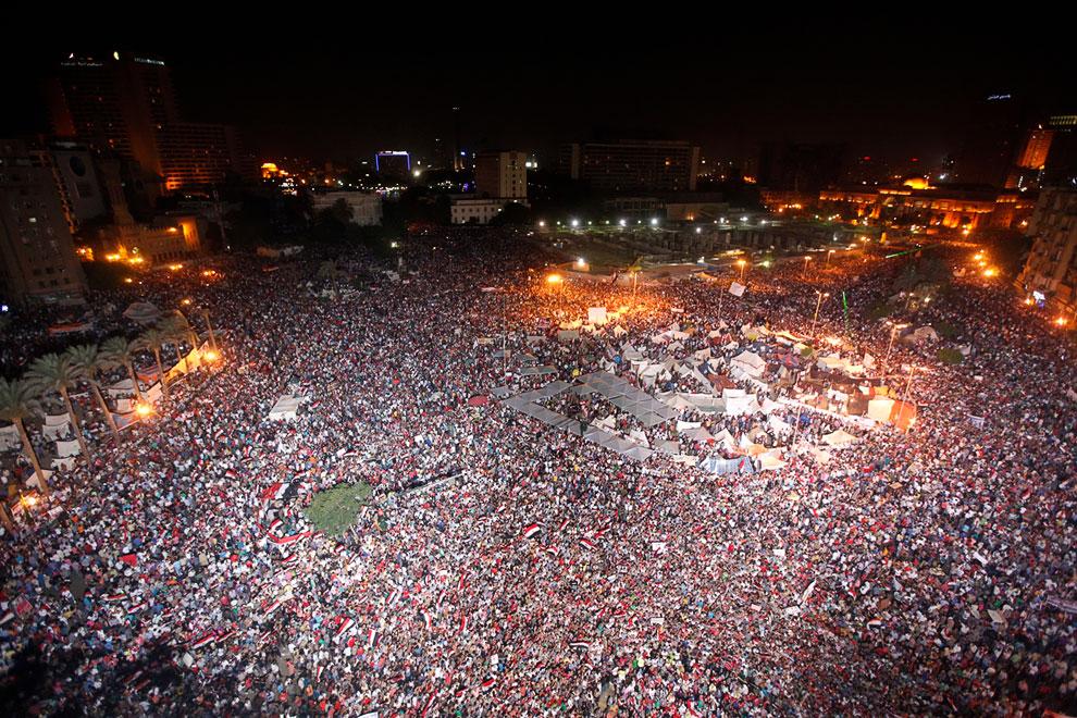 Тысячи и тысячи людей на площади Тахрир в Каире