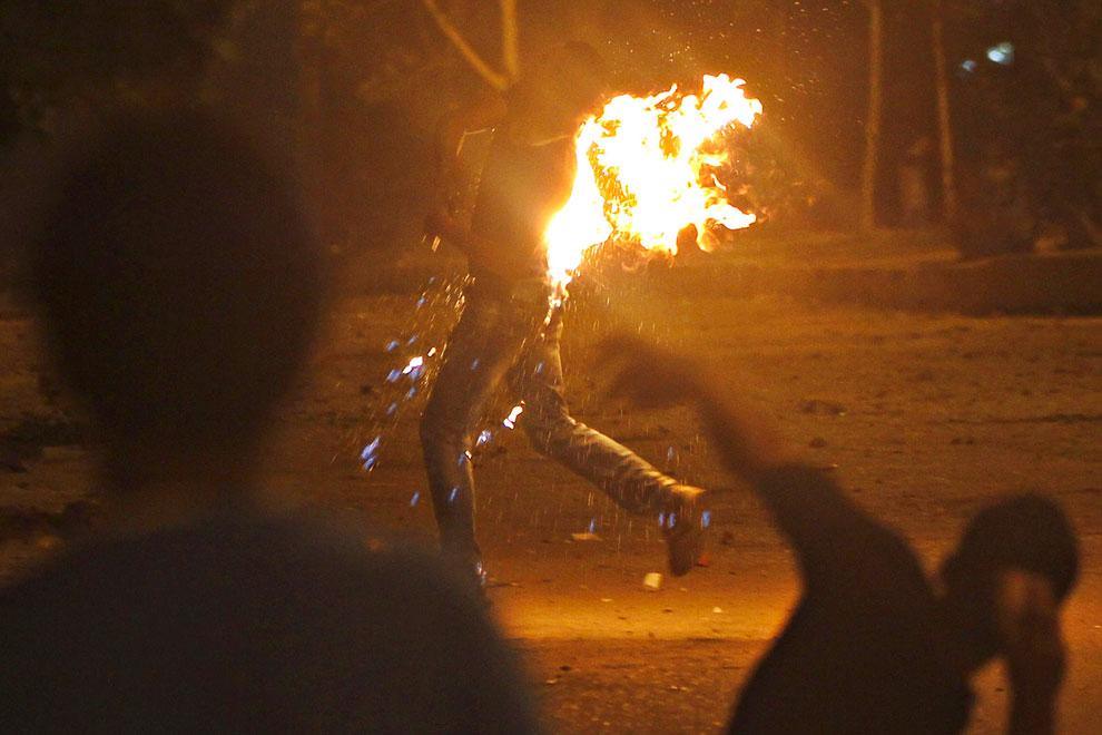 В протестующего попал «коктейль Молотова» во время нападения на штаб-квартиру «Братьев-мусульман» в Каире