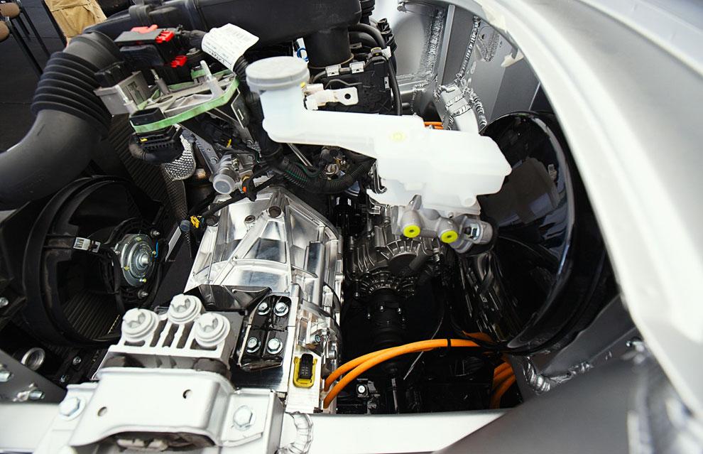 Слева — двигатель внутреннего сгорания состыкованный с электрогенератором. Справа внизу — мехатронный модуль