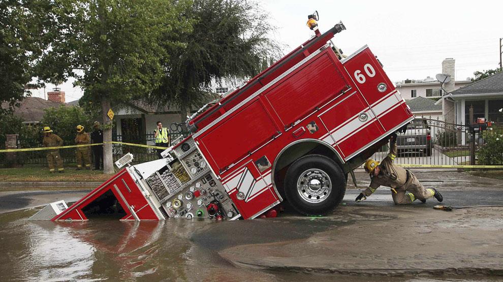 8 сентября 2009 в Лос Анжелесе от взрыва водопровода образовалась дыра, куда угодила пожарная машина