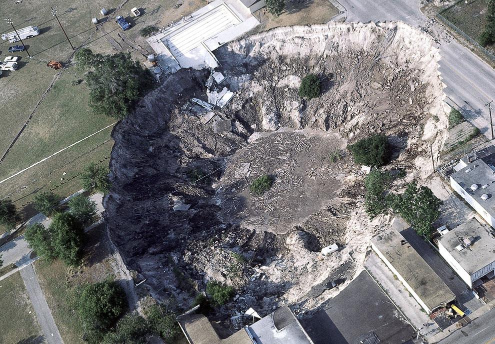 Штат Флорида, 11 мая 1981 года. Этот провал поглотил несколько автомобилей, домов и часть городского бассейна