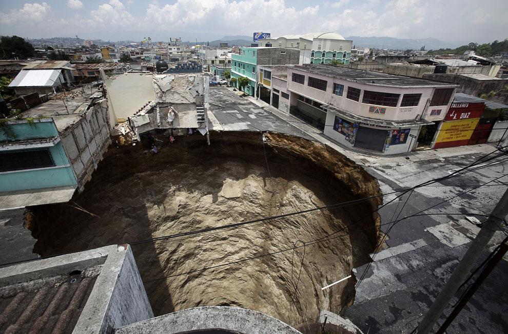 Гигантский провал образовался из-за дождей во время урагана, 1 июня 2010 года. Дыра проглотила по меньшей мере одно трехэтажное здание