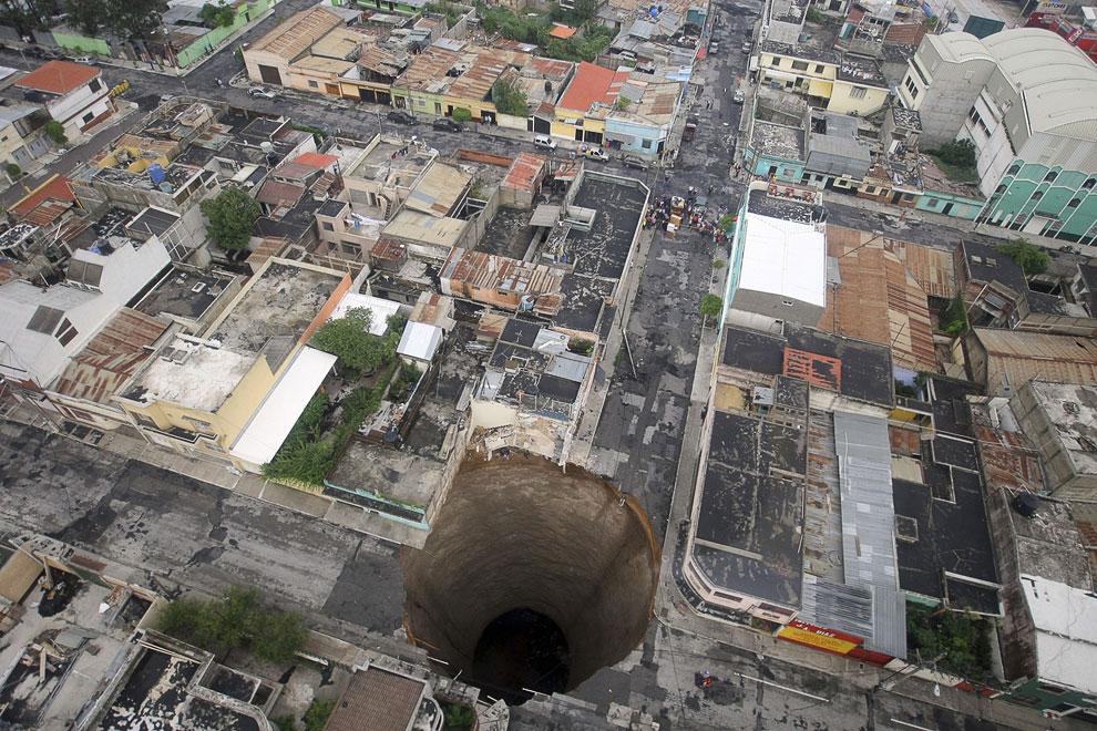Гигантская дыра идеально круглой формы. Размеры этой дыры в Земле: диаметр — 18 метров, глубина — 100 метров