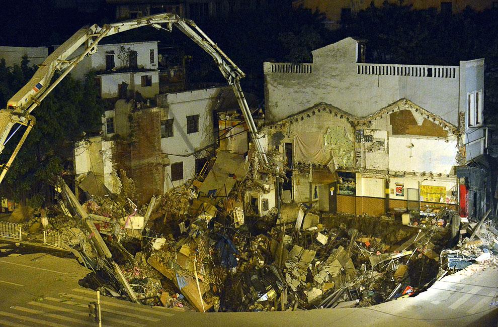 Во время строительства метро в Гуанчжоу, Китай образовался 9-метровый провал, куда свалился дом