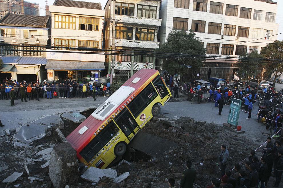16 января 2011 в китайской провинции Чжэцзян прогремел непонятной природы взрыв, и на дороге образовался провал, куда свалился автобус