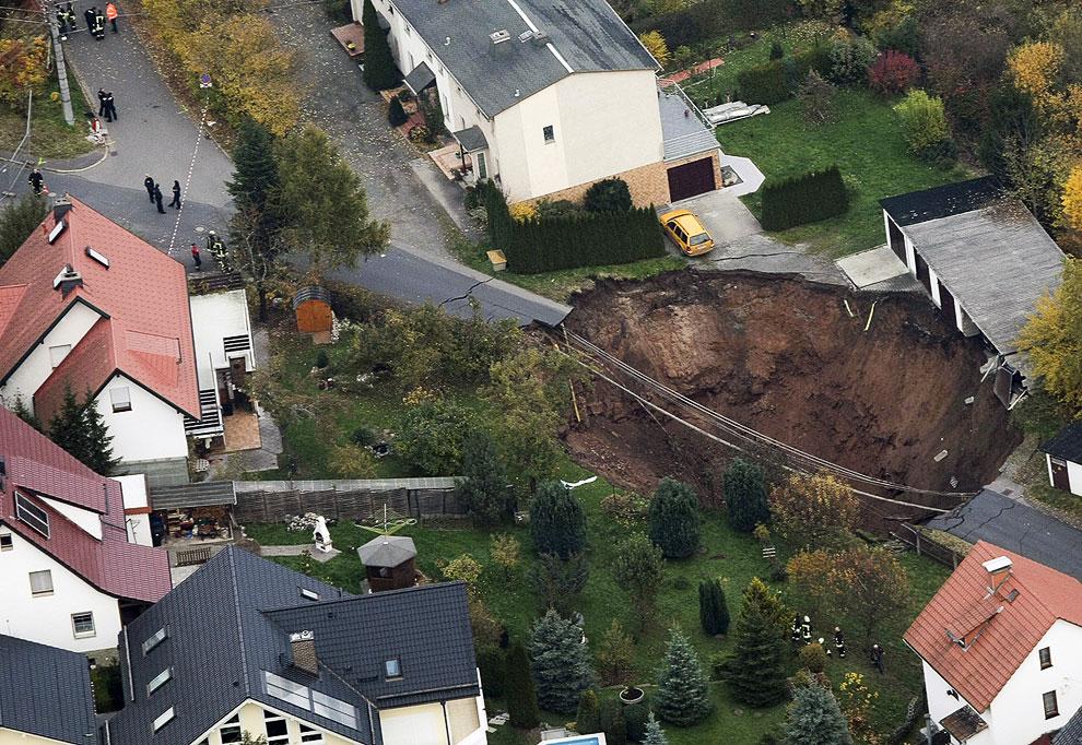 Большой кратер появился в немецком городе Шмалькальден 1 ноября 2010 года