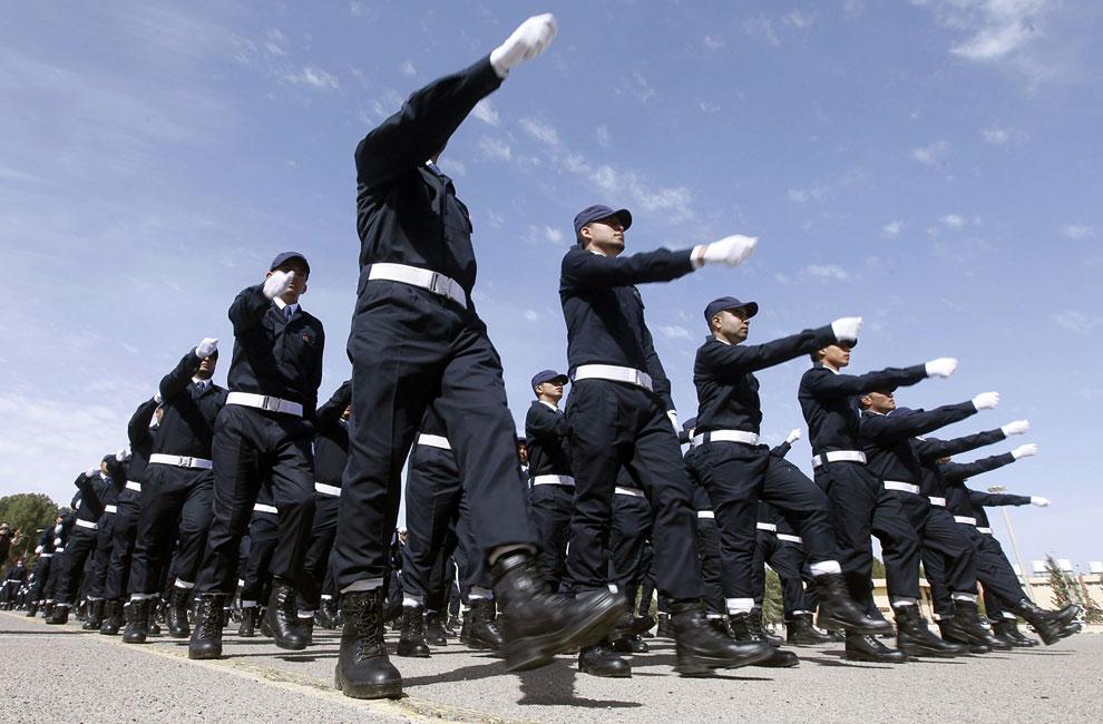 Бывшие мятежники принимают участие в параде, став новыми полицейскими Ливии в Триполи
