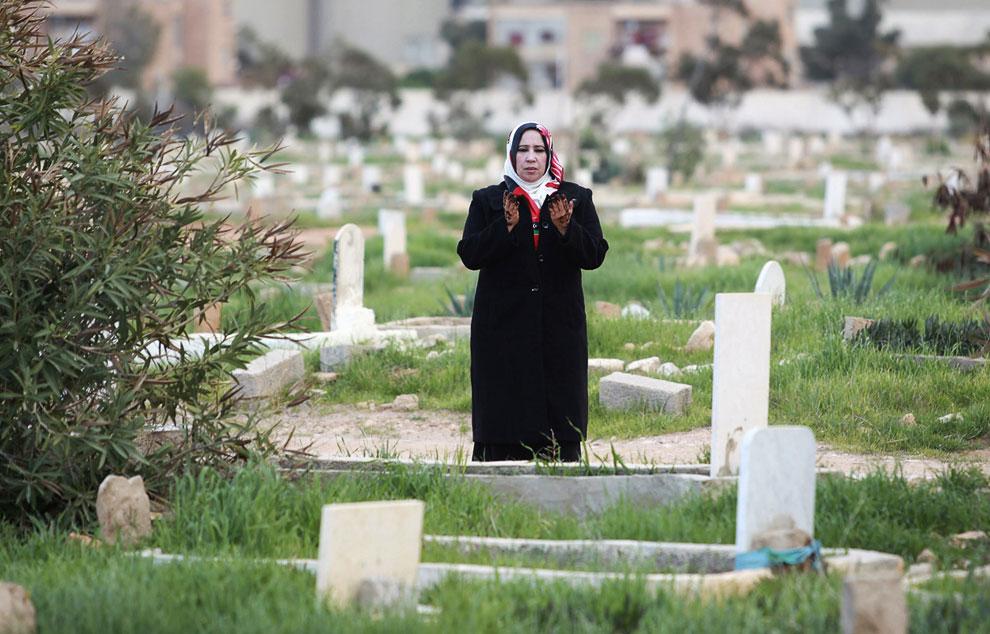 Женщина пришла к сыну на могилу, Бенгази