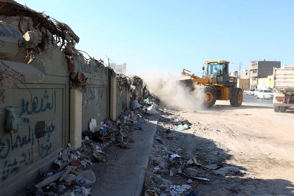 Стена у бывшей резиденции Муаммара Каддафи в квартале Баб-эль-Азизия, разрушенном во время конфликта в 2011 году