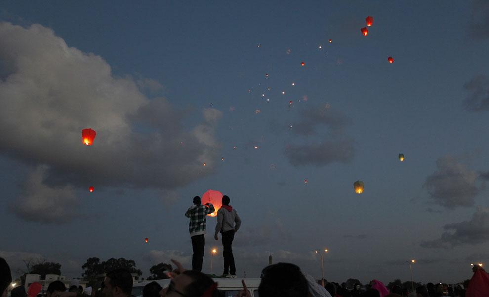 Ливийцы, которые решили отметить вторую годовщину свержения Муаммара Каддафи, запускают в небо фонарики, Бенгази