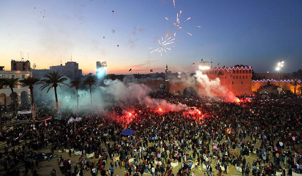 Ливийцы, которые решили отметить вторую годовщину свержения Муаммара Каддафи, запускают в небо фонарики, БенгазиЛивийцы, которые решили отметить вторую годовщину свержения Муаммара Каддафи, запускают в небо фонарики, Бенгази