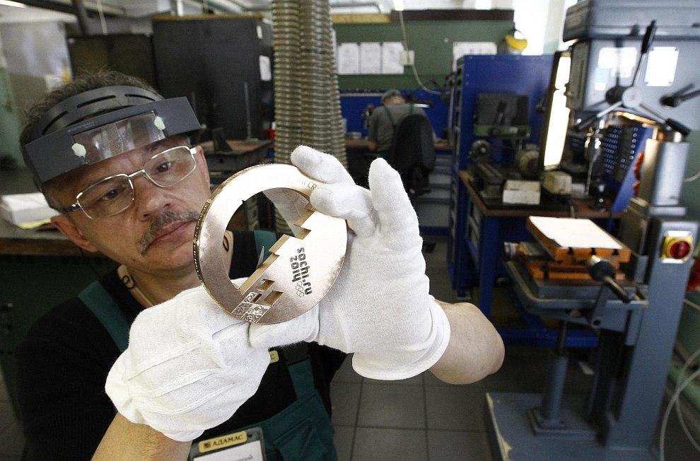 Работа с серебряной медалью на фабрике «Адамас»