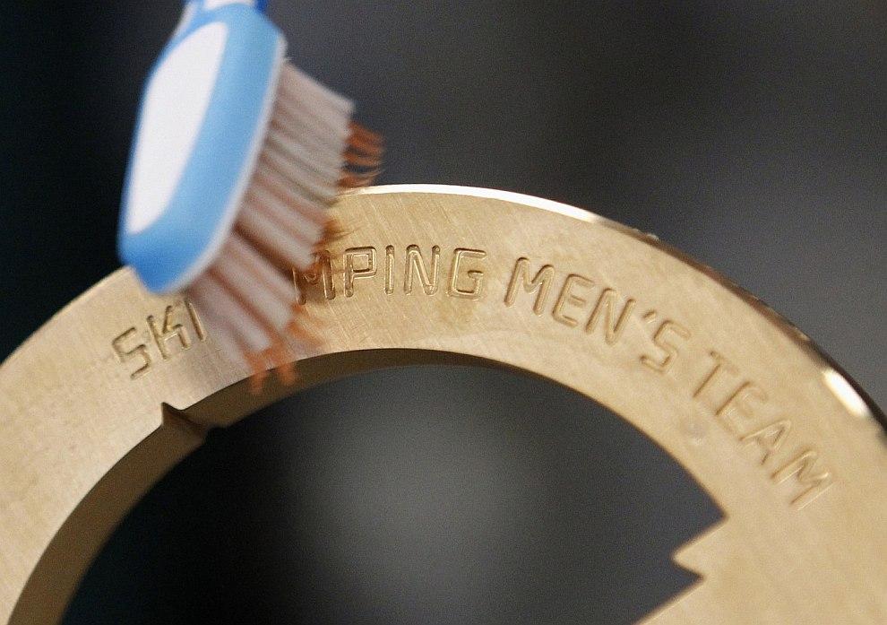 Обыкновенные зубные щетки в процессе отмывания медалей проявили себя с лучшей стороны