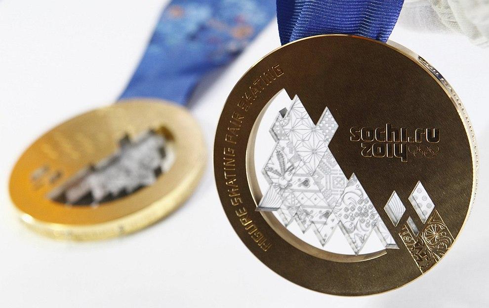 Важным этапом изготовления олимпийских медалей является вставка элементов из поликарбоната