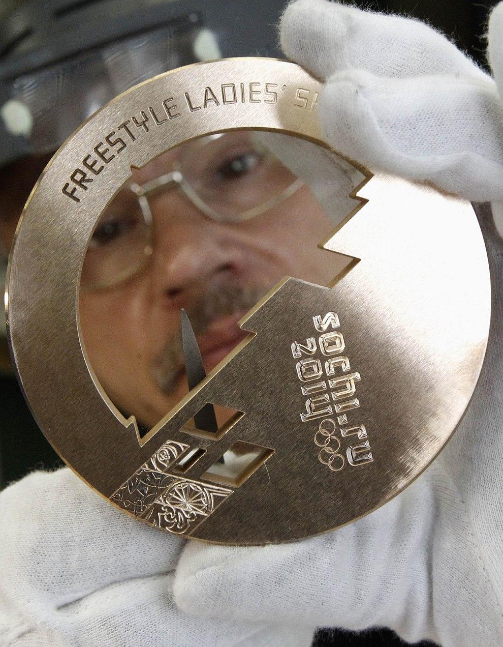 Изготовление награды для Паралимпийских игр занимает 20 часов, т.е. на 2 часа больше