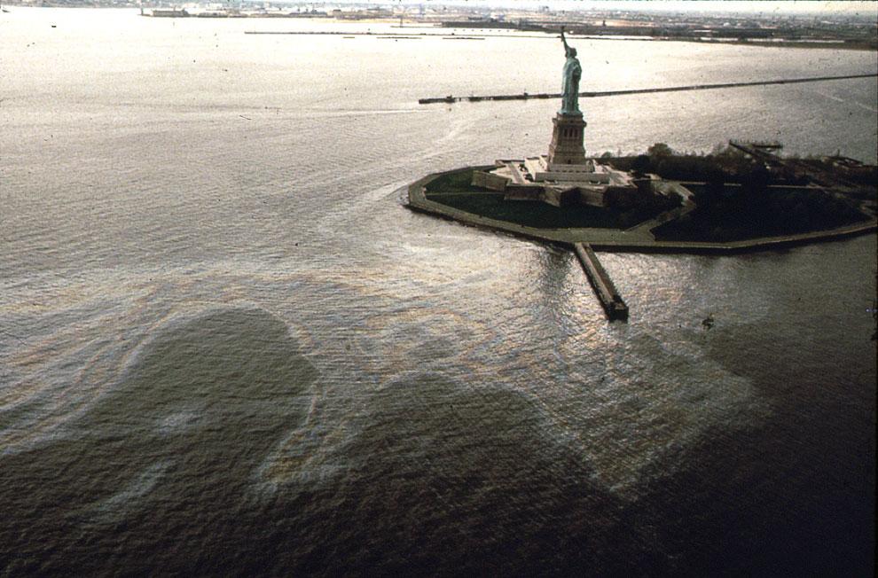Нефтяное пятно вокруг острова Свободы в Нью-Йорке
