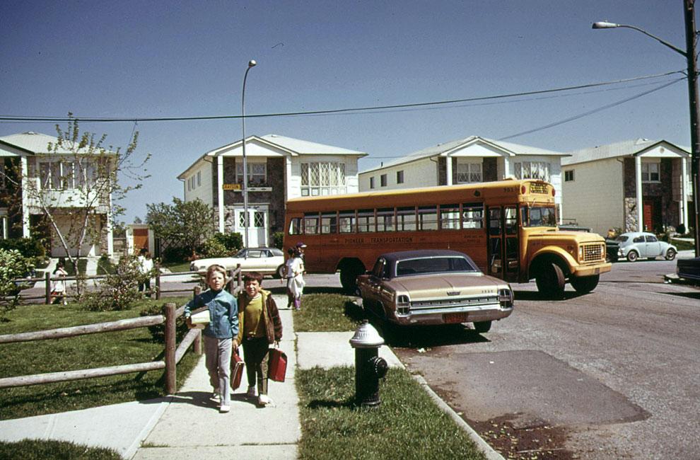 Школьники и школьный автобус на Стейтен-Айленде в мае 1973 года