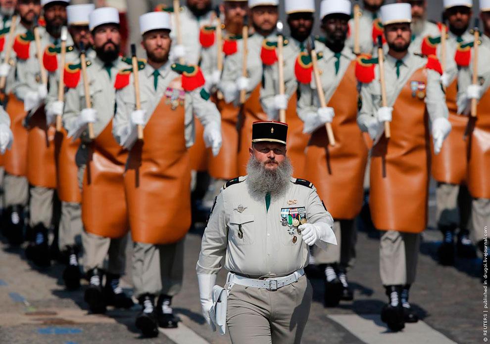 Парад в Париже в День взятия Бастилии
