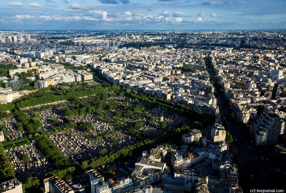 На снимке видны 14-й городской округ, район Монпарнас и одноимённое кладбище. Среди известных, кто там похоронен — писатель Ги де Мопассан и математик Жюль Анри Пуанкаре