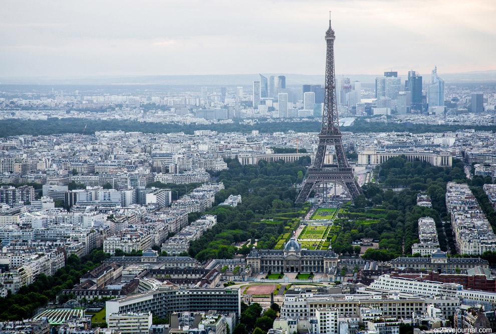 Эйфелева башня, сзади — современный деловой и жилой квартал Ла-Дефанс